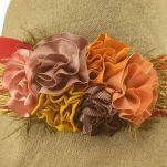 Καπέλο γυναικείο λινό καλοκαιρινό χειροποίητο με φαρδιά κορδέλα και λουλούδια, λεπτομέρεια.
