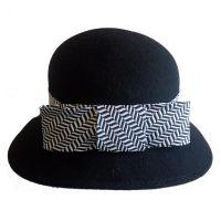 Καπέλο μάλλινο γυναικείο μαύρο χειμερινό με ασύμμετρο γείσο
